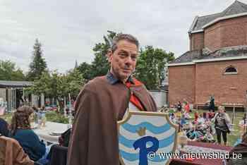 Roofvogelshow, middeleeuws banket en zelfs heuse riddering: 'Meester Pol' neemt in stijl afscheid van zijn school