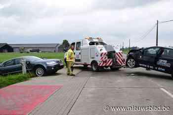 Zware botsing tussen twee wagens op kruispunt eindigt in gracht - Het Nieuwsblad