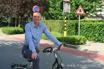 """Hans Hanssen (CD&V) trekt de kop voor bewoners: """"Ik pleitte vorig jaar al voor één grote zone 30 in Schoolstraat"""" - Het Nieuwsblad"""