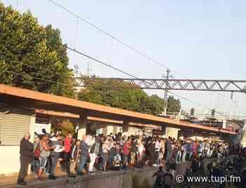 Passageiros andam pelos trilhos após problemas no ramal Japeri - Super Rádio Tupi