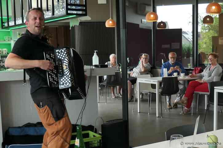 Jonas zorgt met zijn accordeon voor ambiance in dienstencentrum De Vlinder