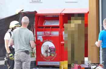 Hilchenbach (D) - Mann klemmt sich Kopf in Altkleider-Container ein und stirbt - 20 Minuten