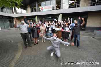 Winnaars tombola-actie 'lokaal kopen' ontvangen op gemeentehuis