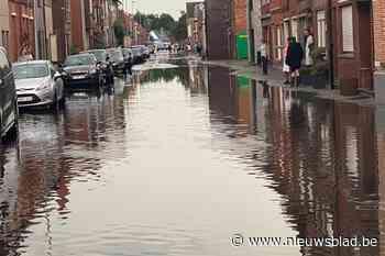 """Hevige regenval zet grote delen van Sint-Gillis-Waas onder water: """"Zo veel water op korte tijd kan geen enkele riolering slikken"""" - Het Nieuwsblad"""