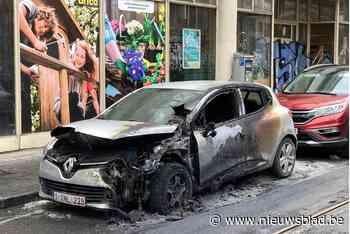 Geparkeerde wagen brandt volledig uit - Het Nieuwsblad