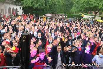 Natte uniformen kunnen Sint-Ludgardisleerlingen niet deren: dansen en springen in de regen