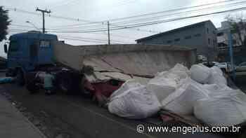 Carreta que tombou em Criciúma faria entrega em Cocal do Sul; veículo ainda não foi removido - Engeplus