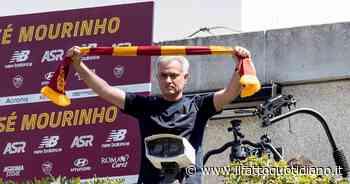 """Mourinho, lo """"Special One"""" sbarca a Roma Bagno di folla a Ciampino e Trigoria: """"Daje!"""" - Il Fatto Quotidiano"""