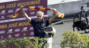 Mourinho saluta i tifosi a Trigoria. Lo Special One si affaccia e mostra la sciarpa giallorossa - Il Messaggero