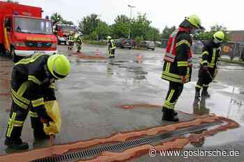 Feuerwehr nimmt Ölspuren in Posthof auf - Liebenburg - Goslarsche Zeitung