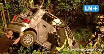 Unfall bei Reinbek: Auto stürzt Abhang hinunter und prallt gegen mehrere Bäume – 19-Jähriger verletzt - Lübecker Nachrichten