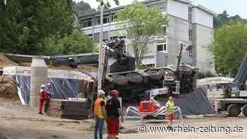 Beim Aufrichten des umgestürzten Autokrans auf Schulbaustelle in Boppard: Arbeiter werden von schwerem Gerät erfasst - Rhein-Zeitung