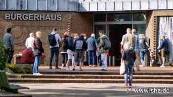 Astrazeneca in Harrislee: Die Erste wartete schon fast zwei Stunden vor Beginn der Impfaktion | shz.de - shz.de