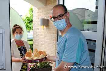 Bewoners en personeel van WZC Residentie Sorgvliet krijgen ijsjes aangeboden van Open VLD Linter - Het Nieuwsblad