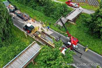 Meckenbeuren: Kranlastwagen prallt gegen Fußgängerbrücke – Polizei ermittelt wegen Verdachts der fahrlässigen Straßenverkehrsgefährdung - SÜDKURIER Online