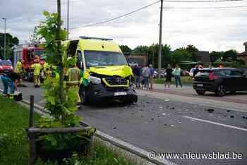 Maar liefst vijf gewonden bij stevige botsing tussen ziekenwagen en Jeep