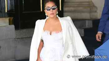 Mega-Auftritt: Lady Gaga bezaubert im Brautkleid-Style! - Promiflash.de