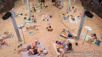 """Performance-Oper """"Sun & Sea"""": ein künstlicher Strand im Stadtbad Luckenwalde - rbb24"""