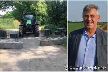 """Landbouwers niet te spreken over betonblokken tegen sluipverkeer: """"Dat de beleidsmakers ons nu maar eten met d - Het Nieuwsblad"""