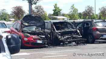 """Due auto in fiamme al """"Centro"""" di Arese - IL GIORNO"""