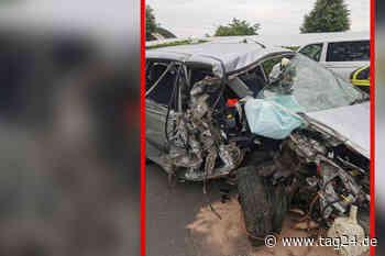 Motor fliegt aus Auto: Fahrer mit schweren Verletzungen ins Krankenhaus eingeliefert - TAG24