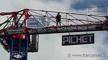 Une mère de famille grimpe en haut d'une grue à Gardanne pour dénoncer la prise en charge de son fils autiste - France Bleu