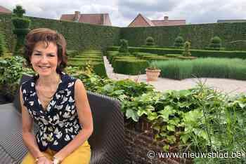 """Bernadette (58) elke namiddag te vinden in haar Engelse tuin: """"Wij gaan nooit op reis in de zomer want dan heeft de tuin te veel verzorging nodig"""" - Het Nieuwsblad"""