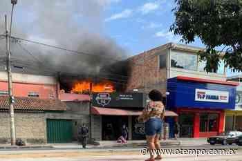 Bombeiros combatem incêndio com risco para residências no Jardim Laguna - O Tempo