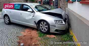 Audi A6 landet in Herborn an historischer Wand - Mittelhessen