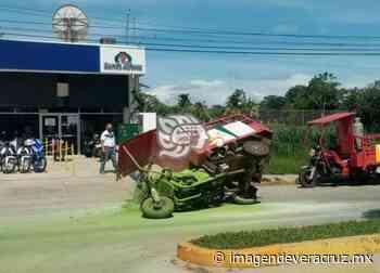 Vuelca moto carro que transportaba gas LP en Acayucan - Imagen de Veracruz