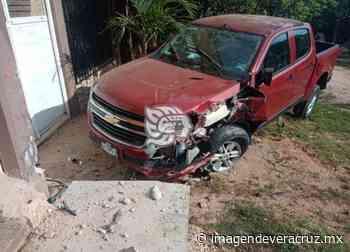 Abandonan camioneta tras chocar contra vivienda en Acayucan - Imagen de Veracruz