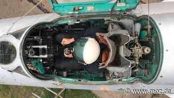Militärgeschichte Jagdflugzeug : Am Hangar 312 in Neuruppin steht jetzt ein Jagdflugzeug MIG 21 - moz.de
