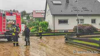 Unwetter sorgen für Chaos - Kleinstadt überschwemmt, Autos bleiben auf A42 stecken - RND