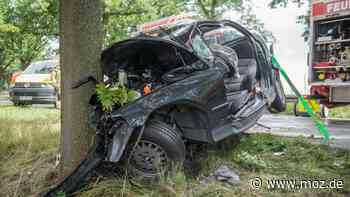 Unfall Rettung Stau: Feuerwehr schneidet bei Vogelsdorf drei verletzte Menschen aus Auto - moz.de