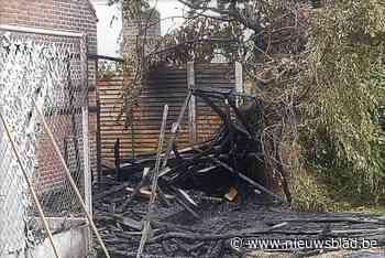 Stapel hout achter garage vat vuur