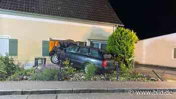 In Eggenfelden: Auto rauscht gegen Hauswand – Totalschaden - BILD