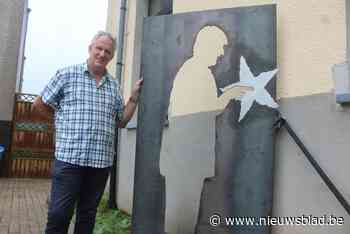 """Meester Fred (62) gaat met pensioen, zijn stalen standbeeld blijft staan: """"Tijd van frontaal lesgeven is geluk - Het Nieuwsblad"""