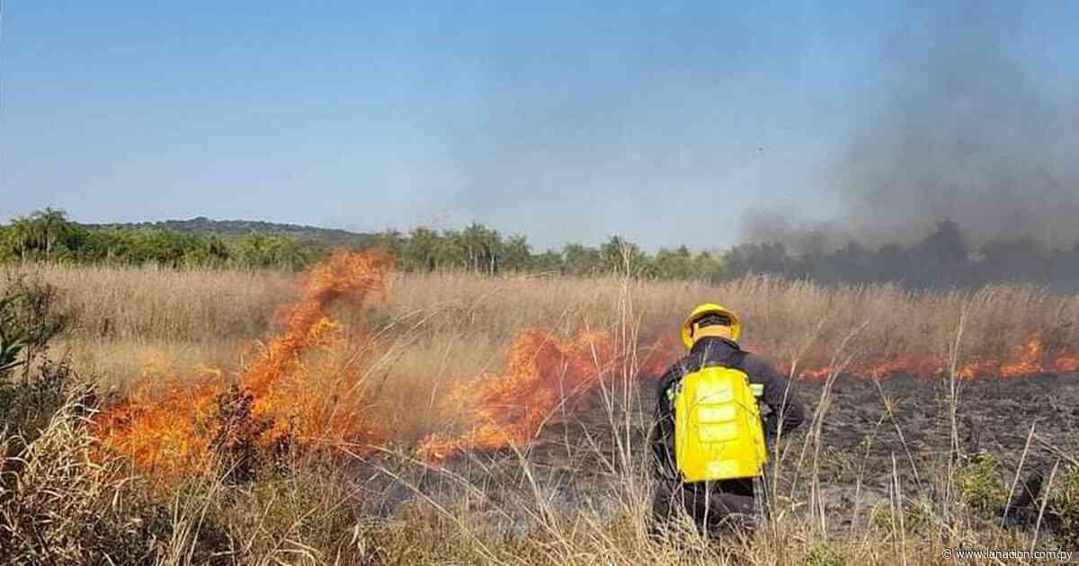 Bomberos de Caacupé trabajan para controlar incendio en pastizal - La Nación