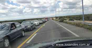 Largas colas en Desaguadero para salir de Mendoza por la búsqueda de Guadalupe - Los Andes (Mendoza)