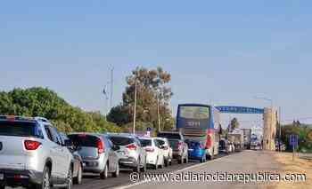 Largas filas de autos en Desaguadero para salir de la provincia - El Diario de la República