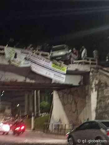 Carro fica pendurado em ponte após acidente em Coronel Fabriciano; casal ficou ferido - G1