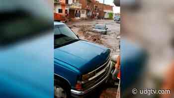 Corriente de agua en Jamay arrastra al menos dos vehículos - UDG TV