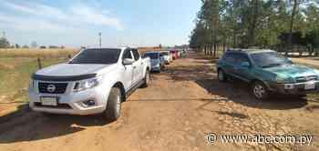 Larga cola de vehículos en puesto de vacunación anticovid de Coronel Oviedo - Nacionales - ABC Color