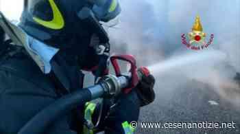 """Sogliano al Rubicone. Vasto incendio a bordo strada: statale 3 bis """"Tiberina"""" chiusa in entrambe le direzioni - cesenanotizie.net"""