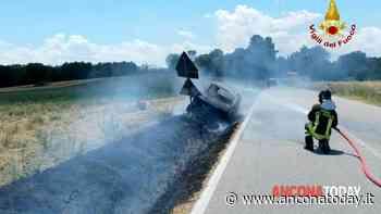 Pomeriggio di fuoco: l'auto si incendia e le fiamme invadono il campo - AnconaToday