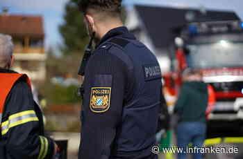 Eskalation bei Straßensperrung in Adelsdorf: Mann fährt beinahe Feuerwehrmann um