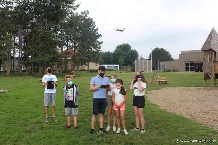 Kinderen oefenen met drones in de speeltuin