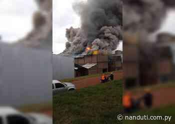 Bomberos controlan incendio en secadero de yerba en Hohenau | Ñanduti - Radio Ñanduti