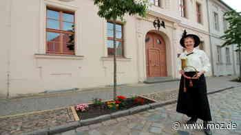 Stadtführungen: Stadtführerin Isolde Komm lädt in historischem Gewand zu Abendführungen durch Beelitz - moz.de