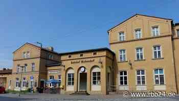 Unbekannte sprengen Fahrkartenautomaten im Bahnhof Michendorf - Unterführung beschädigt - rbb24